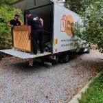 Piano lastas i en flyttbil